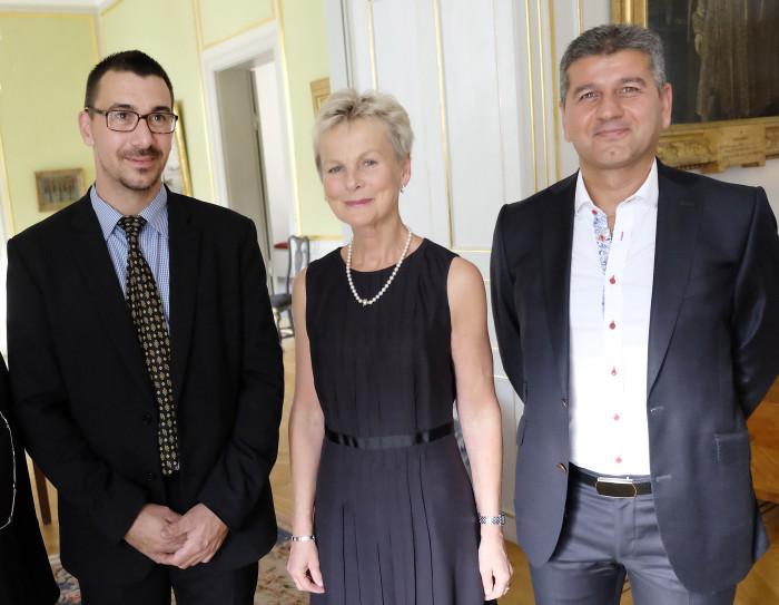 Årets belönade Nybyggare i Östergötland Martin Langner (t v) och Saied Ghannadan flankerar landshövding Elisabeth Nilsson.