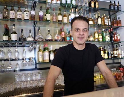 – Det räcker inte att tappa upp en stor stark, säger Johannes Soner som är en av krögarna bakom den nya vuxenutbildningen i servering och arbete i bar.