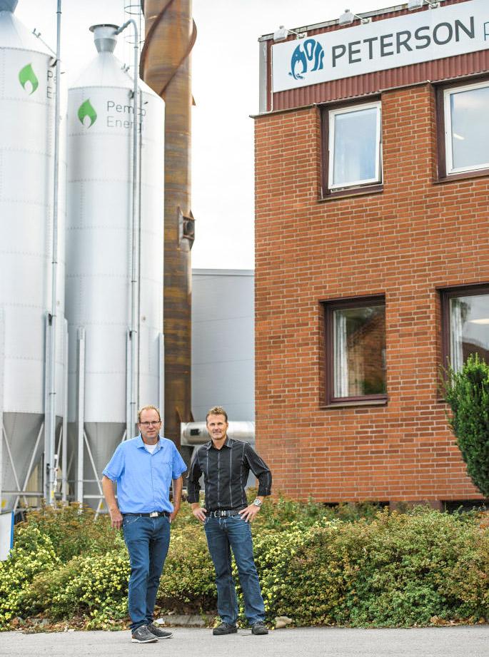 Anders Tålsgård, projektledare på Pemco Energi och Robert Stade, fabrikschef Peterson Packaging i Norrköping. Fotograf: Crille