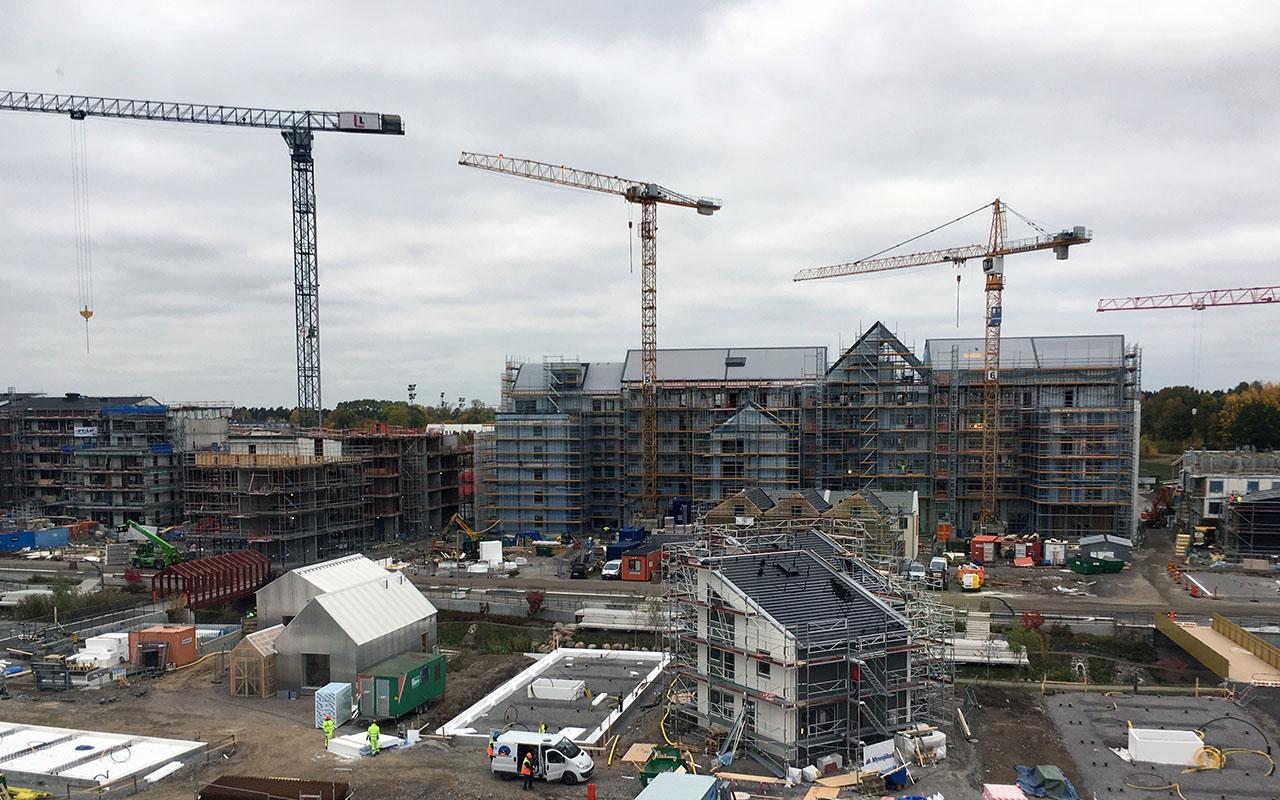 """Varierade Vallastaden växer fram. Bild från byggarbetsplatsen i oktober 2016. """"House for Mother"""" som är nominerad till Villapriset 2016 syns till vänster. Foto Elisabeth Falk"""