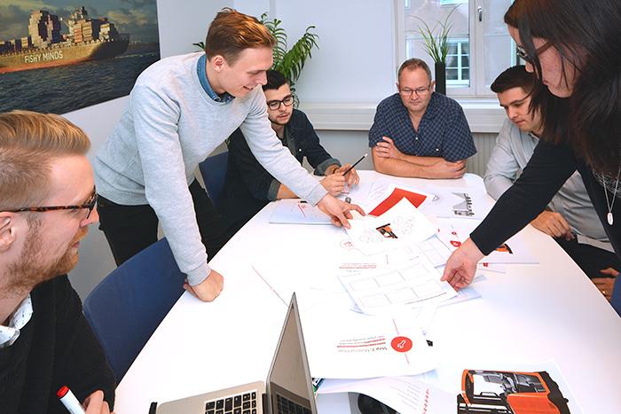 Fishy Minds diskuterar ett pågående projekt. Från vänster till höger: Daniel Nilsson, Oskar Forsgren, Mirza Talovic, Hans Söderström, Rasmus Arnell, Karoline Björk.