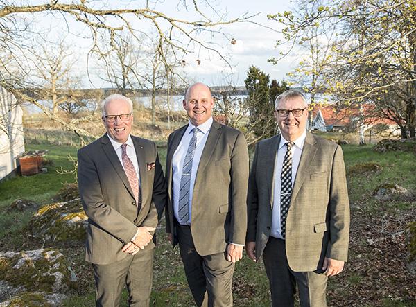 Kinda-Ydre Sparbanks vd Johan Widerström, i mitten, tillsammans med nyvalde styrelseordföranden Royne Persson, till vänster, som efterträder Eilert Andersson.  Foto: Stefan Holgersson