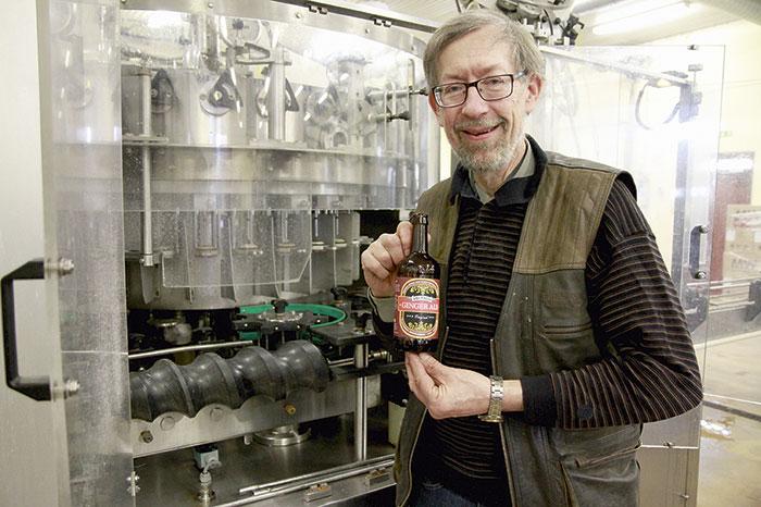 Gunnar Kjellin, vd på Brunneby Musteri, visar sin senaste produkt Ginger Ale.