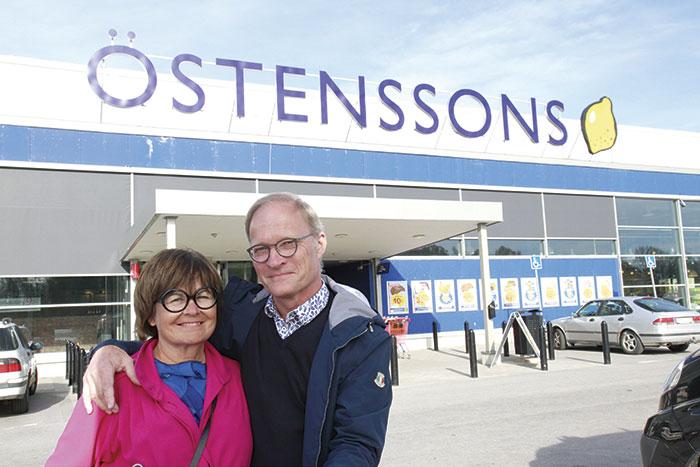 Karina och Håkan Lindblad är ägare till Östenssons livsmedel. Karinas pappa startade företaget i Motala. Först som föreståndare i en livsmedelsbutik och sedan förvärvade han den och förvandlade den till en av de första snabbköpsbutikerna.