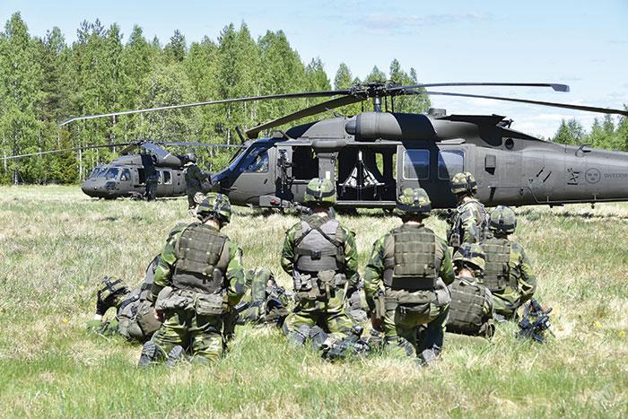 Några soldater I väntan på trupptransport med HKP16 Black Hawk under övning Dropping Pegasus. Foto: Lasse Jansson/Försvarsmakten