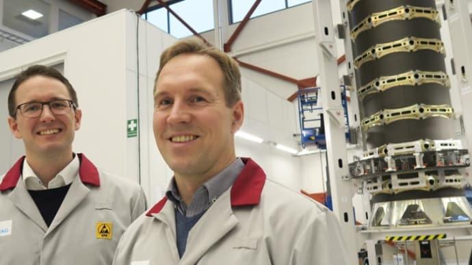 Andreas Jonsson och Stefan Brick framför en dispenser till OneWeb.