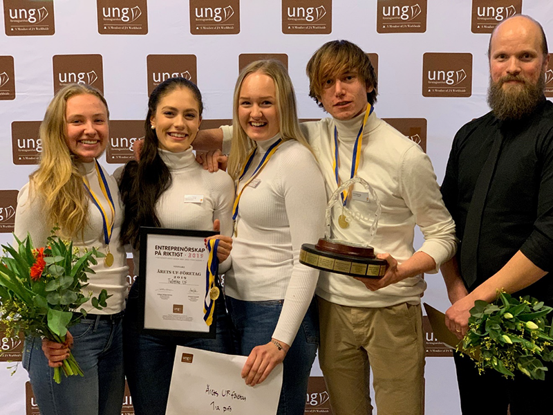 2019 års unga entreprenörer i Östergötland är korade! Bild: Tvättika UF, vinnare Årets UF-företag tillsammans med tävlingsvärd Swedbank.