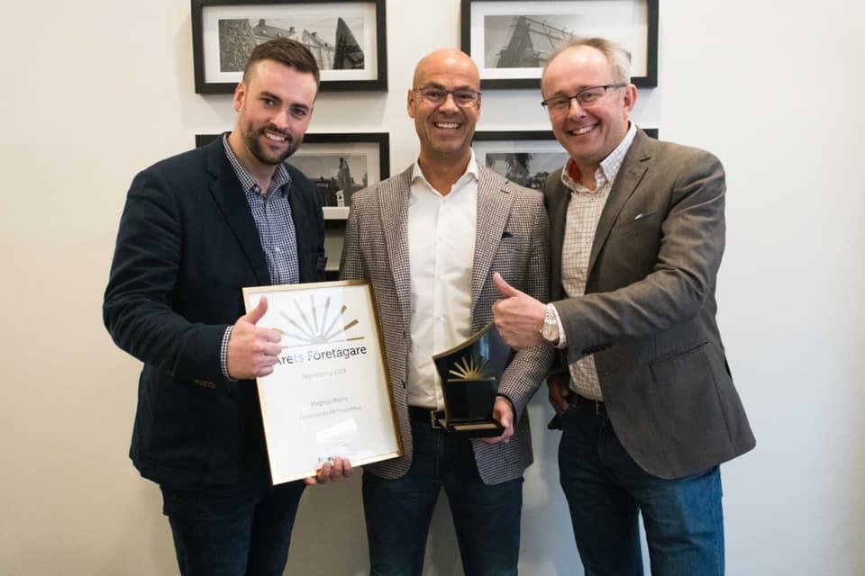 Magnus Malm blev årets företagare i Norrköping 2019. Stort grattis! Här får han priset av ordförande Jesper Low och Näringslivsdirektör Pontus Lindblom.  Foto: Företagarna
