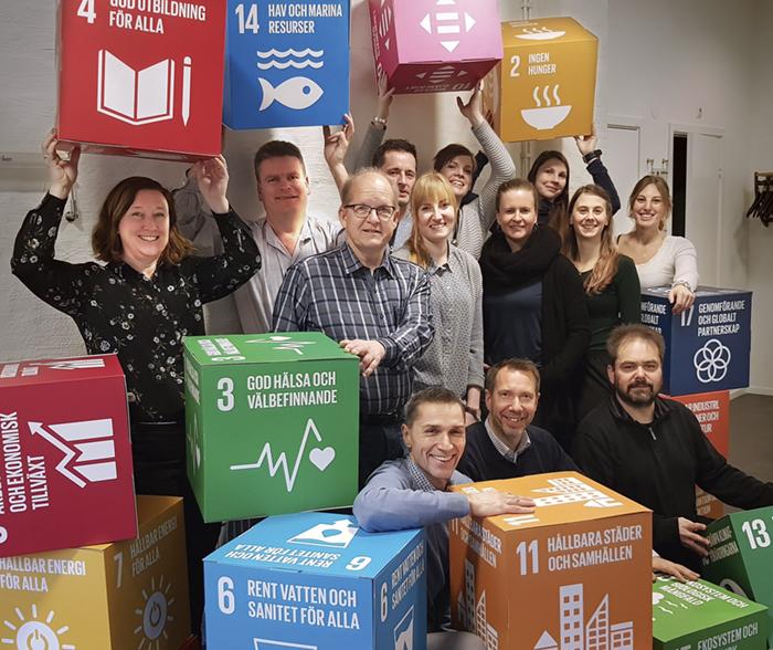 Anders Johansson, VD Envima, är noga med att framhålla personalens enorma betydelse för att kunna växa och nå fortsatt framgång. På bilden är gänget med de 17 globala målen. Foto: Enivima