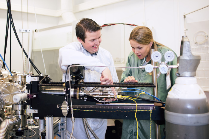 Hårda ytbeläggningar. Johanna Rosén. På bilden tillsammans med doktoranden Andrejs Petruhins. Foto:Anna Nilsen/LiU