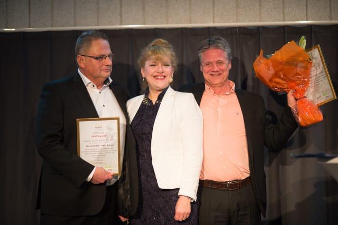 Invisense blev vinnare av Sveriges största uppfinnarpris.  Innovatörerna Björn Garplind och Anders Friberg tog emot priset av stiftelsen SKAPAs ordförande Minoo Akhtarzand.
