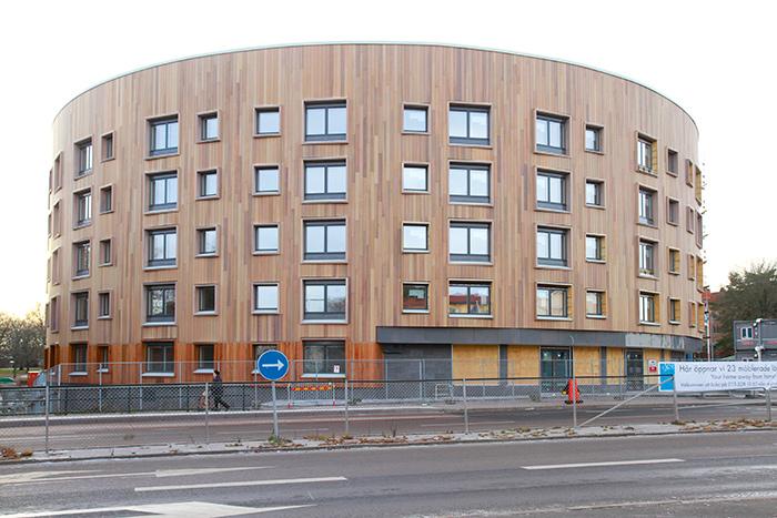 Genom byggprojektet Valla Berså vid Malmslättsvägen i Linköping, har Lindstén Fastigheter haft möjlighet att ta fram alla de energisnåla möjligheter som är både tekniskt och ekonomiskt försvarbara i dag. Intresset för att hyra lägenheterna har varit stort.  Foto Per Oddman.