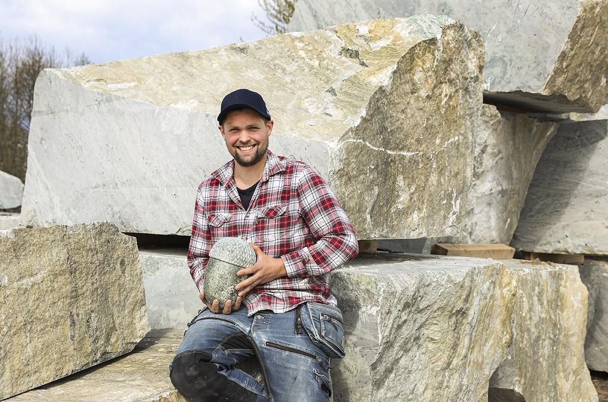 Nya gesällen Tim för stenhuggaryrket vidare